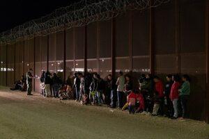 En la nota se informa sobre el reciente viaje de Donald Trump a la frontera de México y Estados Unidos. La foto es del muro fronterizo.
