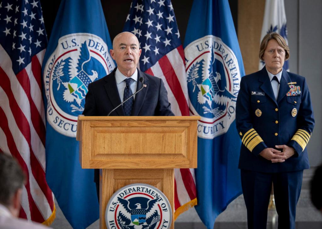 La nota es sobre la política de Trump y Biden en materia de derechos de los migrantes. La foto es del Secretario de Seguridad Nacional Alejandro Mayorkas.
