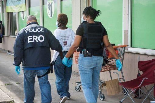 La nota es sobre la política de Trump y Biden en materia de derechos de los migrantes. La foto es de agentes de la Oficina de Detención y Deportación (ERO) de ICE.