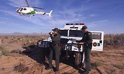 La nota es sobre el aumento histórico de cruces en la frontera México Estados Unidos. La imagen es de la Patrulla Fronteriza en acción.
