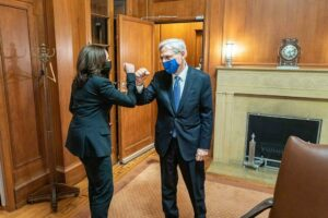 En la nota informamos sobre la situación de los Jueces de la Corte de Inmigración. La imagen es Harris y Garland saludándose.