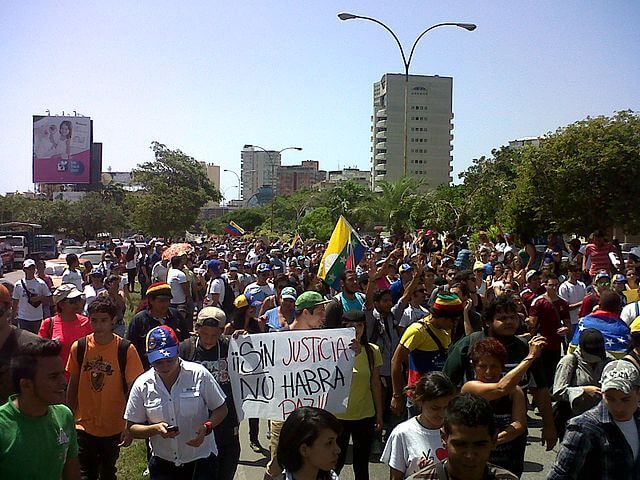 Esta nota es sobre la situación de los venezolanos en Estados Unidos. La foto es de una manifestación en la calle.