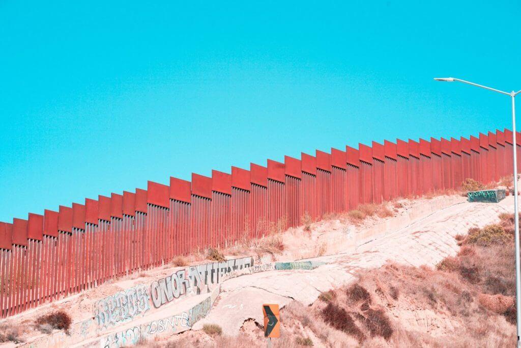 """En esta nota informamos qué hacer si no tiene evidencia de su entrada legal a Estados Unidos. No entre en pánico al pensar """"No tengo Formulario I 94!!"""", hay otras opciones. La imagen es de la frontera con México."""