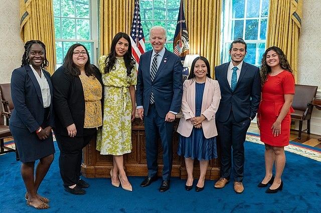 La nota es sobre el fallo que prohíbe hacer nuevas aplicaciones al programa DACA. La foto es de una reunión de Mayo en la que el presidente Biden recibió a los beneficiarios del programa.