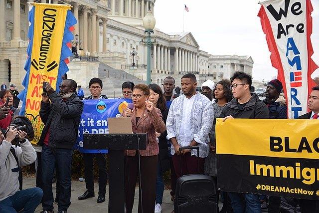 La nota es sobre los jóvenes que buscaban convertirse en beneficiarios de DACA. La imagen es de una evento en apoyo a ellos.