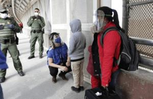 En esta nota informamos sobre la preocupación por el aumento de los casos de covid 19 en los centros de detención de inmigración de ICE. La imagen es acorde.