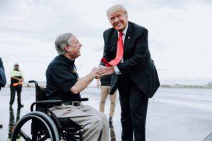 En la nota se informa sobre el reciente viaje de Donald Trump a la frontera de México y Estados Unidos. La foto es de él junto al gobernador de Texas, Greg Abbott.