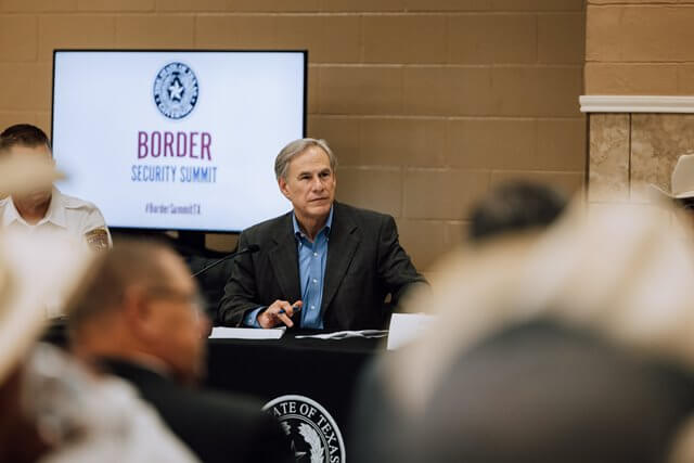 Nota sobre el debate respecto al cierre de la frontera de Texas con México. La foto es del gobernador de Texas Greg Abbott.