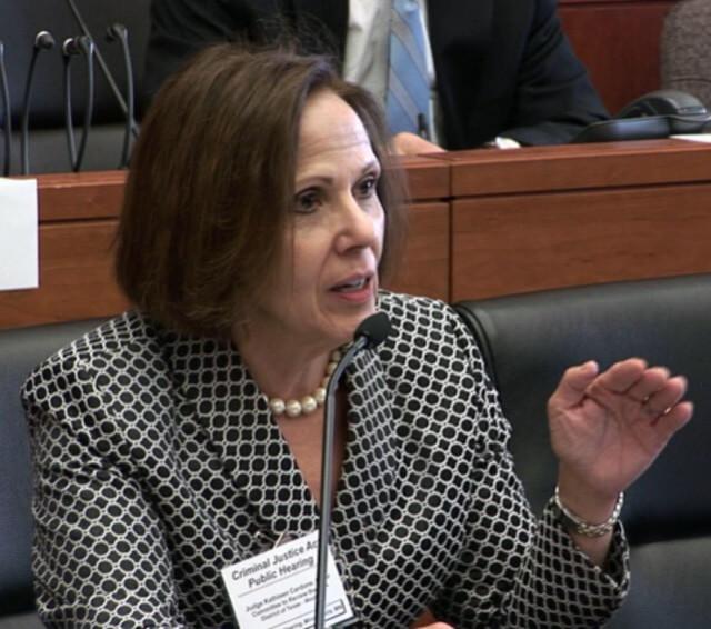 Nota sobre el debate respecto al cierre de la frontera de Texas con México. La foto es de la jueza Kathleen Cardone.