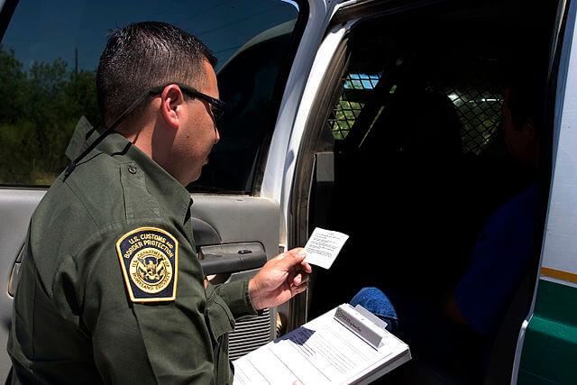 Nota informando sobre las novedades respecto al programa Permanecer en México. La foto es de un agente de la Patrulla Fronteriza.