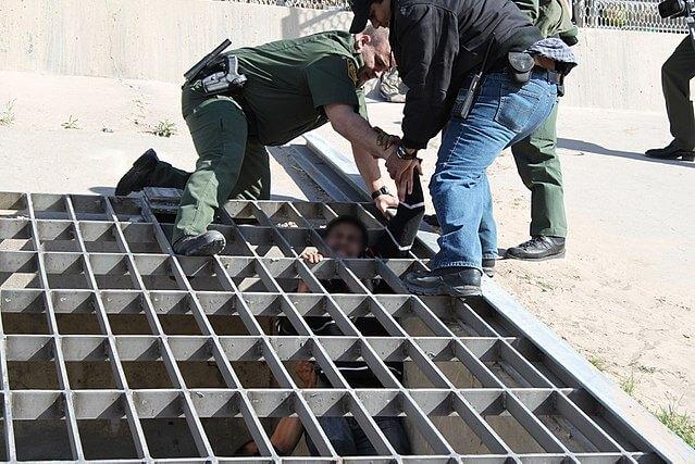 Nota sobre la reactivación del programa Remain in México. La foto es de la Patrulla Fronteriza rescatando migrantes.