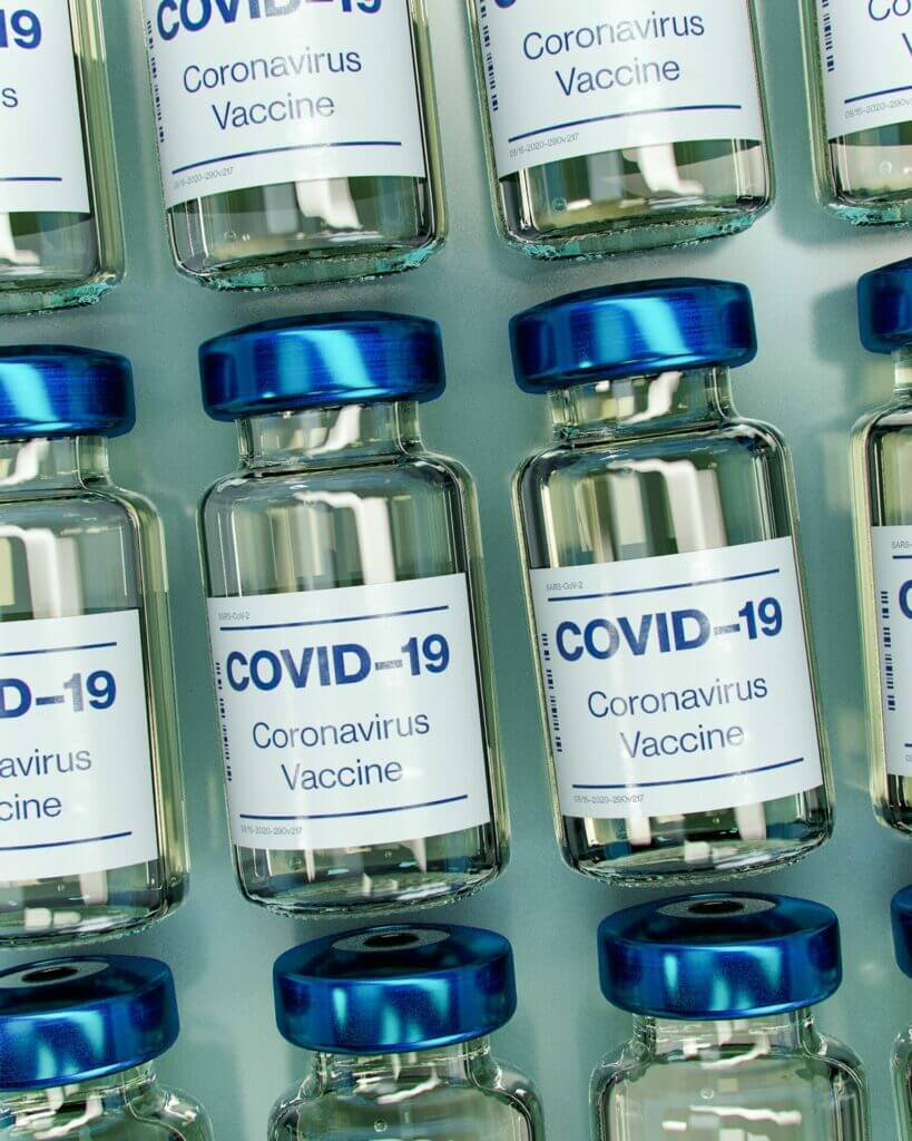 Nota sobre el requisito de vacuna contra el Covid 19 para solicitar la tarjeta de residencia permanente. La imagen es ilustrativa.