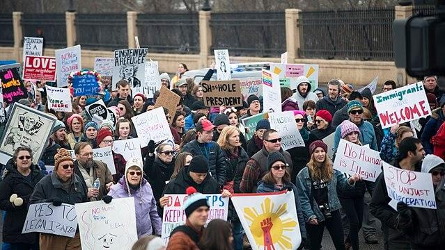 Nota sobre la reforma migratoria 2021 últimas noticias. La imagen es de una protesta en favor de los migrantes.
