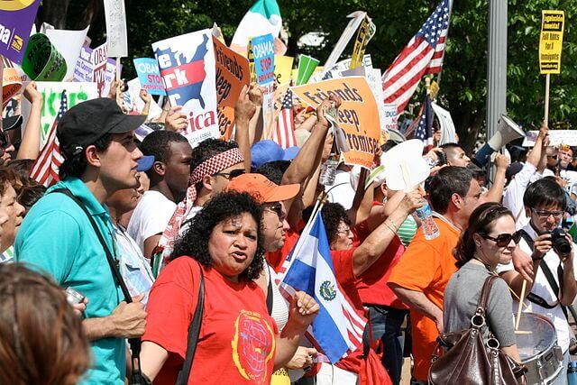 Nota sobre las Últimas noticias de reforma migratoria 2021. La foto es de una manifestación a favor de la reforma.