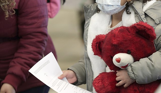 Nota informando que ya se pueden presentar nuevas solicitudes para el programa CAM para refugiados. La imagen es de menores migrantes llegando a la frontera México Estados Unidos.