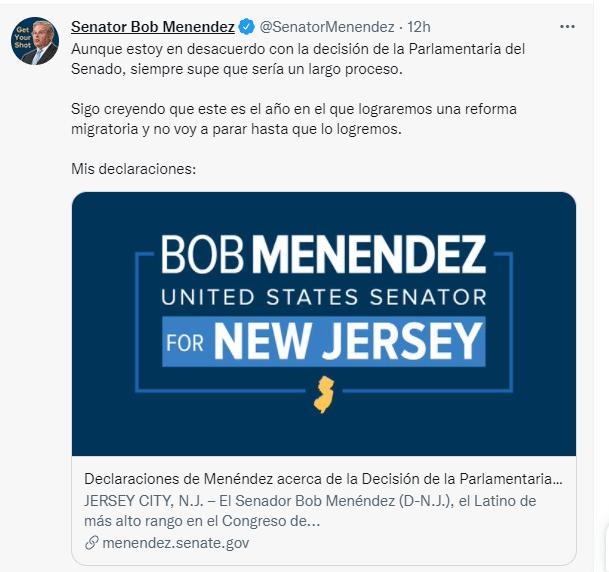 Nota informando sobre las últimas novedades respecto a la reforma migratoria 2021 hoy. La imagen es de las declaraciones vía Twitter de los senadores demócratas.