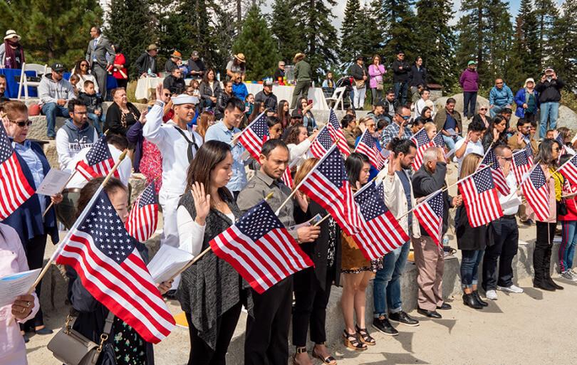 Nota informando los 10 pasos para obtener la ciudadanía americana. La foto es de una ceremonia de naturalización.