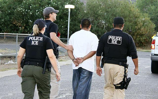 Nota sobre el vínculo entre el racismo en Estados Unidos y la ley de inmigración. La imagen es de los agentes de ICE deteniendo a una persona.