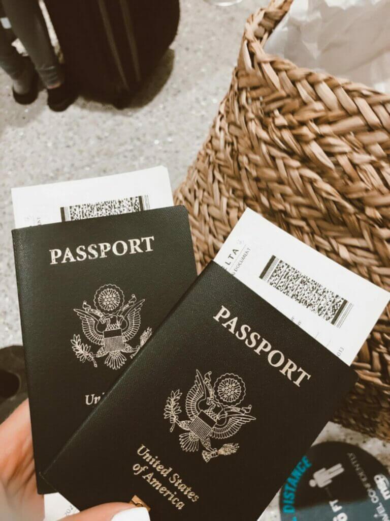 Nota explicando los requisitos para la ciudadanía americana 2021. La foto es del pasaporte americano.
