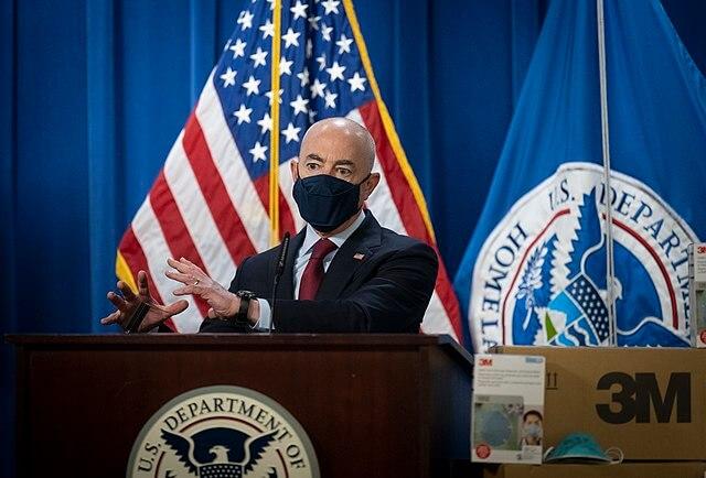 Nota sobre las nuevas prioridades de deportación y arrestos. La imagen es de Mayorkas.
