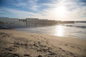 """La nota es sobre la implementación de los """"vuelos laterales"""" para expulsar a quienes cruzan la frontera de México y Estados Unidos sin papeles. La imagen es de la frontera."""