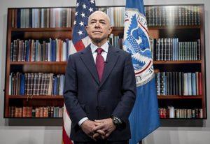 La nota es sobre las medidas de la administración Biden para acelerar los tiempos de procesamiento de USCIS. La foto es de Alejandro Mayorkas, Secretario de Seguridad Nacional.
