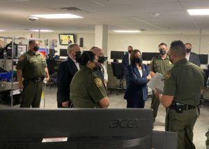 La nota informa sobre la visita de la vicepresidente Kamala Harris a la frontera México Estados Unidos. La foto es acorde.