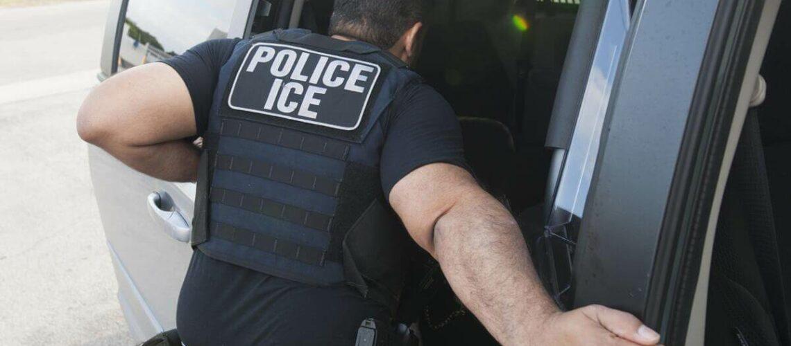 En esta nota informamos sobre las denuncias de los abogados de inmigración en Estados Unidos a las políticas restrictivas del gobierno de Biden. La imagen es de agentes de ICE.