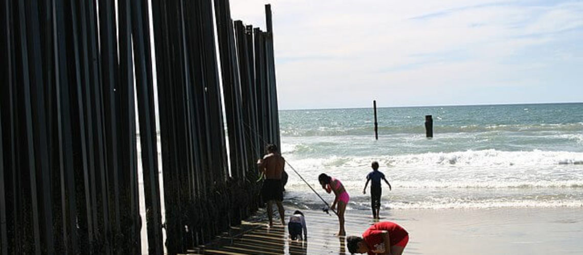 640px-US-Mexico_Fence_Mexican_family_on_US_side