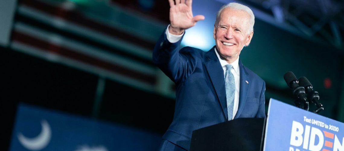 La nota es sobre la política de Trump y Biden en materia de derechos de los migrantes. La foto es del presidente Joe Biden.