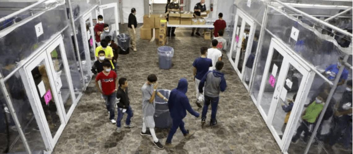 La nota informa que según 17 testimonios de menores migrantes, no se estarían garantizando los derechos de los niños migrantes en Estados Unidos. La imagen es de uno de los refugios fronterizos donde se aloja a estos menores.