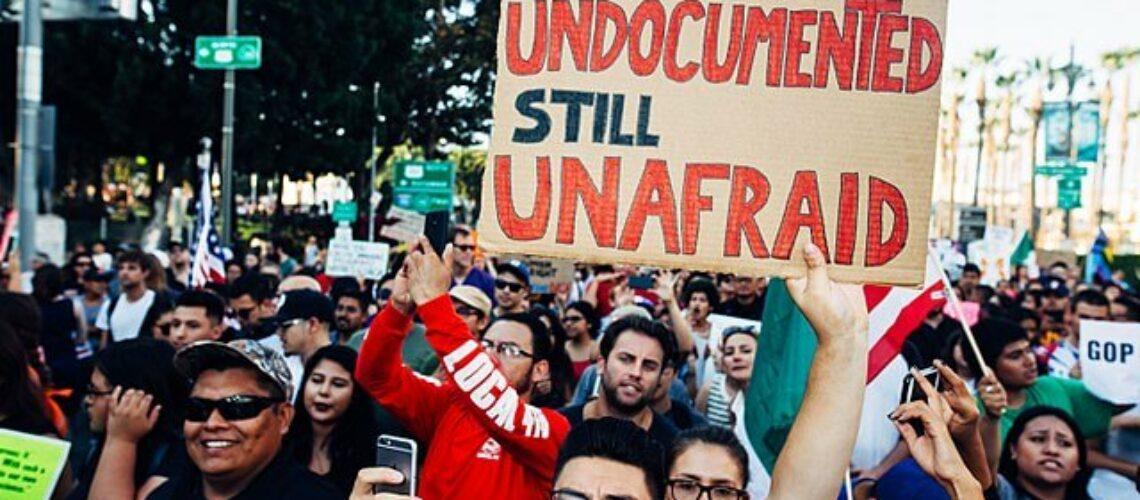 Noticia sobre las noticias de DACA más recientes. La imagen es de una manifestación en favor de la comunidad migrante en los Estados Unidos.