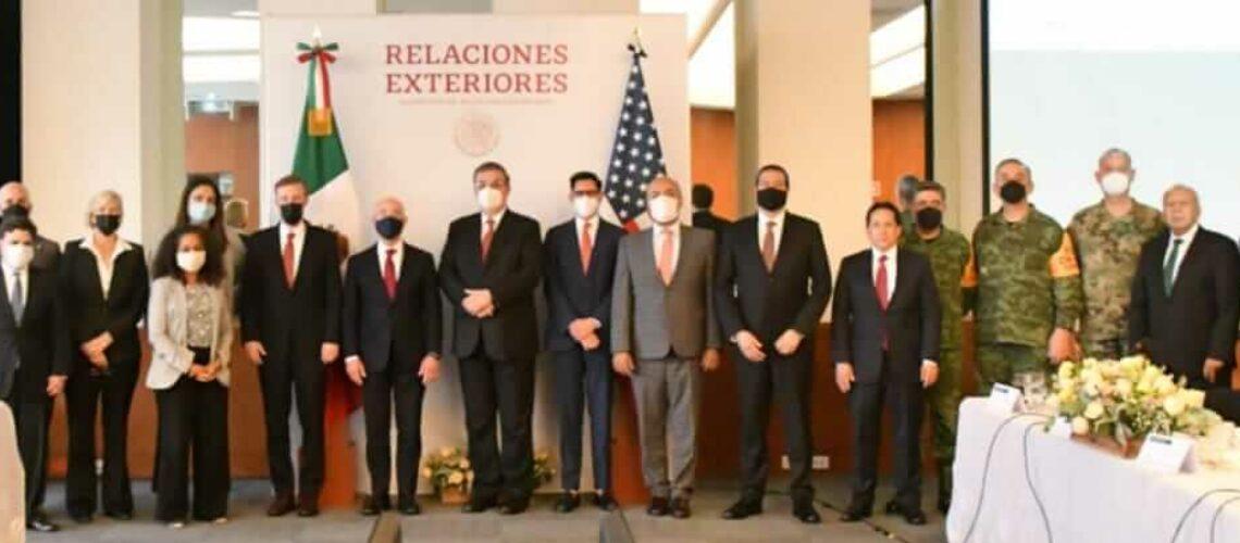 La nota es sobre las acciones coordinadas de México y Estados Unidos para mejorar los servicios de inmigración y abordar la crisis en la frontera. La foto es de las delegaciones de México y Estados Unidos.