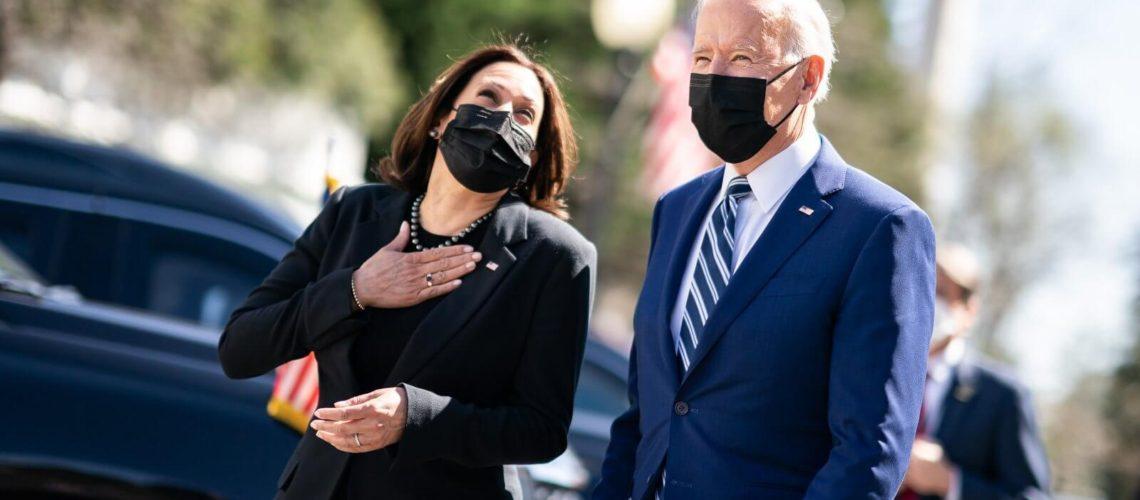 La nota trata sobre la crítica de los senadores republicanos al manejo de la crisis en la frontera de México y Estados Unidos por parte de Biden y Harris. La foto los muestra a estos dos funcionarios.