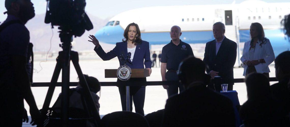 La nota informa sobre la visita de la vicepresidente Kamala Harris a la frontera México Estados Unidos. La foto muestra su llegada.