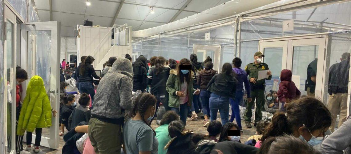 En esta nota hablamos sobre la disminución de los niños migrantes no acompañados que llegan a la frontera entre Estados Unidos Y México. La foto es de uno de los pasos fronterizos.