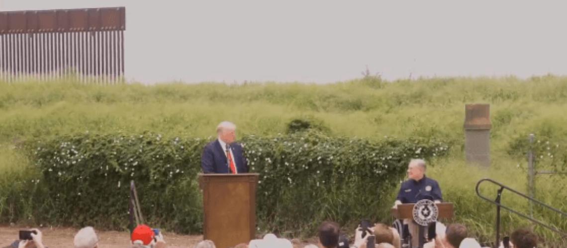 Nota sobre el debate respecto al cierre de la frontera de Texas con México. La foto es del gobernador de Texas Greg Abbott junto al ex presidente Donald Trump.