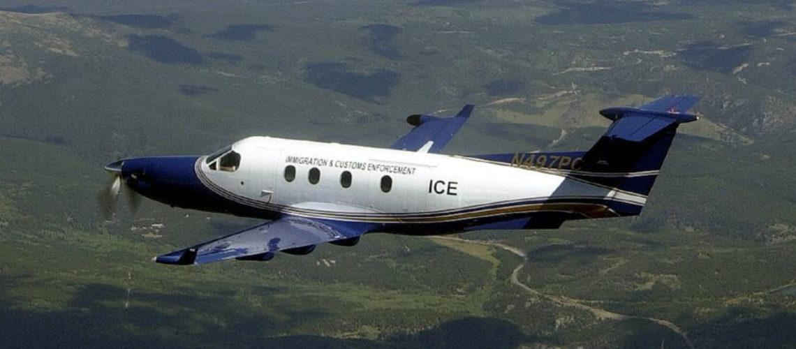 Este artículo habla sobre cambios en el Servicio de Inmigración y Control de Aduanas. La imagen es acorde.