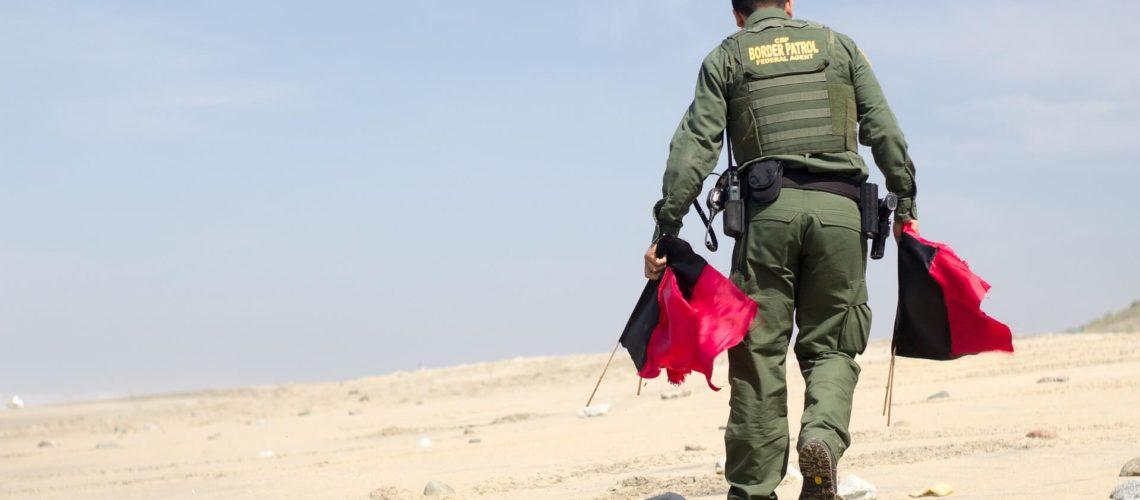 En esta noticia se habla acerca del anuncio de la administración Biden para acelerar los procesos los casos legales de las familias que llegan a la frontera México Estados Unidos. La imagen es de un oficial de la Patrulla Fronteriza.