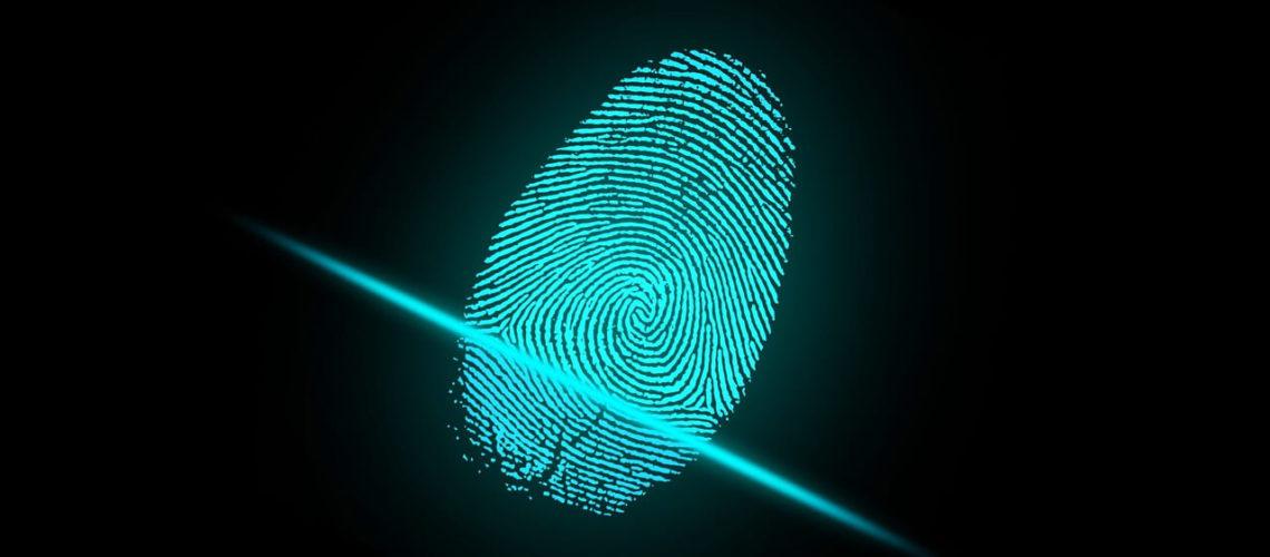 La nota anuncia que USCIS suspende hasta 2023 la toma de datos biométricos para ciertos trámites migratorios. La imagen es ilustrativa.