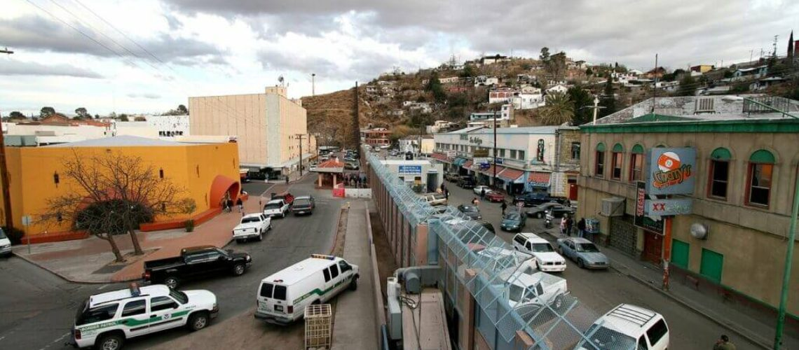 La nota es sobre los problemas más frecuentes en las entrevistas para solicitar asilo en Estados Unidos. La imagen es de la frontera entre México y Estados Unidos.
