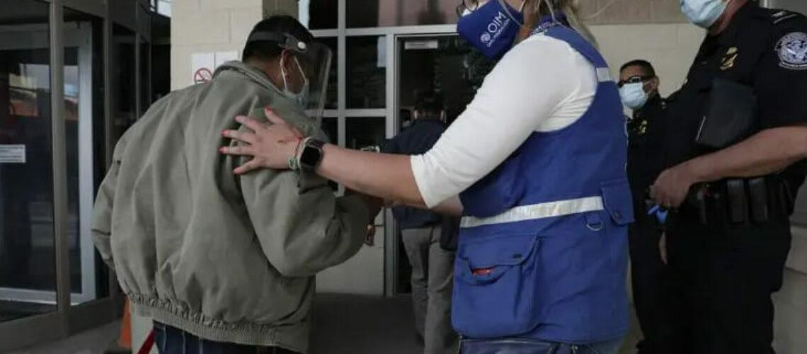 Nota informando sobre la deportación rápida en la frontera. La foto es de los agentes de ICE.