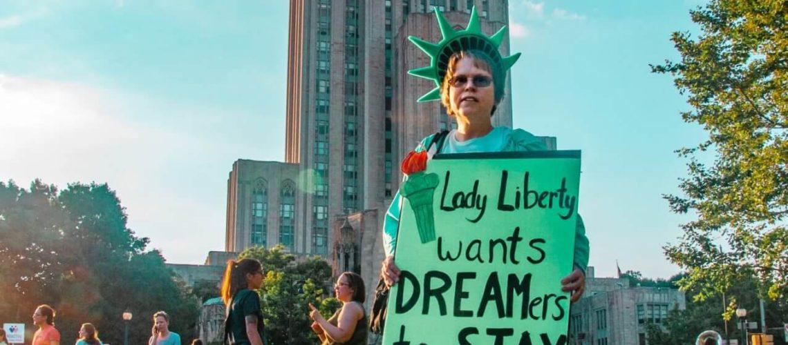 La nota es sobre el fallo que prohíbe hacer nuevas aplicaciones al programa DACA. La imagen es de una manifestación a favor de los Dreamers.