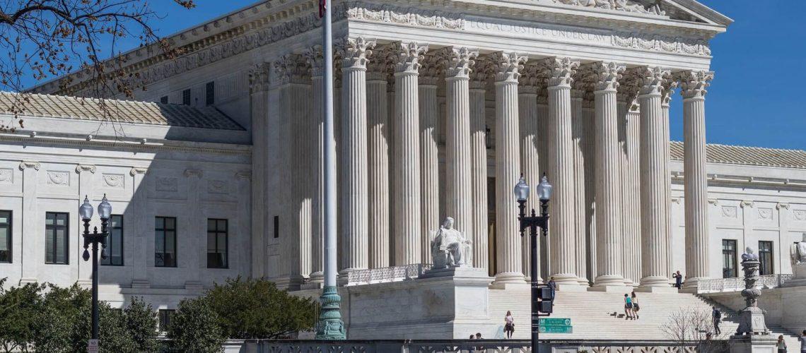 La nota trata sobre si puede un deportado arreglar papeles en los Estados Unidos. Se cuenta el caso exitoso del guatemalteco Niz Chavez. La imagen es del edificio de la Corte Suprema.