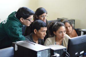 La nota es sobre una demanda que presentaron al gobierno los beneficiarios del programa DACA. La foto es ilustrativa y muestra en grupo de estudiantes.