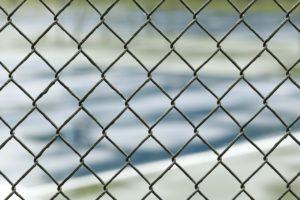 La noticia trata sobre el cierre de un centro de detención de inmigración en Georgia y otro en Massachusetts. La imagen es ilustrativa.