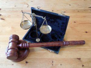La nota trata sobre si puede un deportado arreglar papeles en los Estados Unidos. Se cuenta el caso exitoso del guatemalteco Niz Chavez. La imagen muestra un martillo de juez.