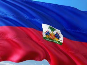 La noticia es sobre el anuncio de la renovación del TPS Hait. La foto muestra la bandera de ese país.