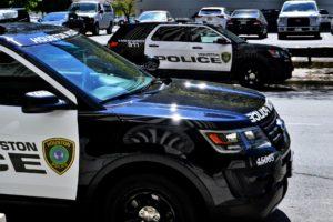 La nota es sobre la orden del Departamento de Seguridad Nacional para limitar los arrestos en zonas cercanas a los juzgados. La foto es de un carro de la policía.