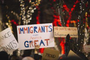 La nota es sobre el cambio en la terminología del sistema migratorio. La nota muestra el reclamo de los migrantes por sus derechos.